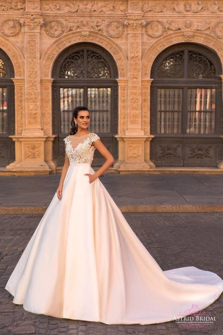 Největším letošním hitem jsou svatební šaty s kapsami. Jsou velmi šik a  nevěsta může kapsy využít při pózování při focení. Tyto šaty ocení hlavně  nevěsty 0eec8fee5d